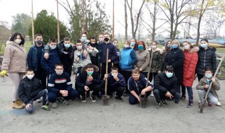 Улепшавање и озелењавање околине школе
